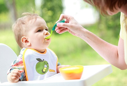 Trẻ ăn dặm bị táo bón kéo dài: Mẹ phải làm sao?
